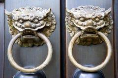 Perillas de puerta chinas del templo Foto de archivo