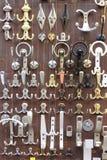 Perillas de puerta de bronce y de cobre amarillo Imágenes de archivo libres de regalías
