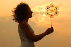 Perinola del juguete de la explotación agrícola de la mujer en la puesta del sol Fotografía de archivo