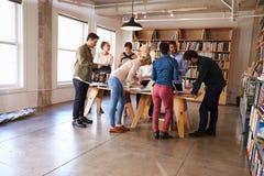 Period för affärsTeam Meeting Around Table For idékläckning royaltyfri fotografi