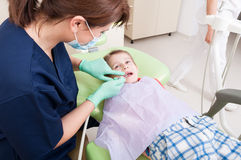 Periodische zahnmedizinische Prüfung für Kinderkonzept lizenzfreie stockfotos