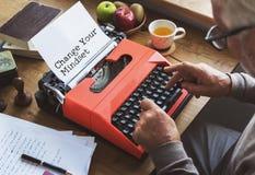Periodismo que trabaja escribiendo concepto del espacio de trabajo a máquina fotos de archivo libres de regalías
