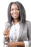 Periodista afroamericano joven con un micrófono Foto de archivo