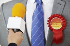 Periodista de Being Interviewed By del político del partido laborista Foto de archivo libre de regalías