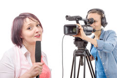 Periodista de la mujer joven con un micrófono y un camerawoman Imagen de archivo