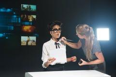 Periodista de las noticias TV - el retocar del maquillaje Fotos de archivo libres de regalías