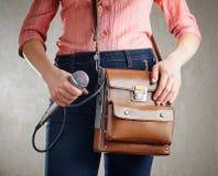 Periodista de sexo femenino con el micrófono Imagen de archivo libre de regalías