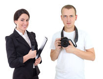 Periodista de sexo femenino con el micrófono y el operador con isola de la cámara Fotografía de archivo libre de regalías
