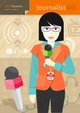 Periodista de sexo femenino con la insignia que sostiene el micrófono Foto de archivo libre de regalías