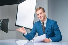 Periodista durante proceso del tiroteo Imágenes de archivo libres de regalías