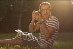 Periodista emocionado en el prado Foto de archivo