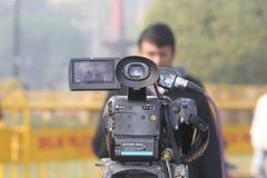 Periodista en cámara delantera Fotografía de archivo libre de regalías