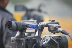 Periodista en cámara delantera Fotos de archivo