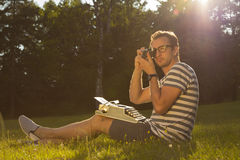 Periodista en el prado Fotografía de archivo