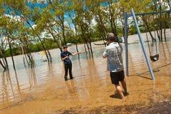 Periodista en una inundación Foto de archivo