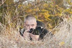 Periodista fotográfico en una selva. Fotografía de archivo libre de regalías