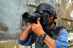 Periodista fotográfico que documenta guerra y conflicto Foto de archivo libre de regalías