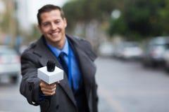 Periodista que da el micrófono Fotos de archivo libres de regalías