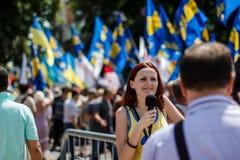 Periodista que hace informe con los protestors de Imagen de archivo