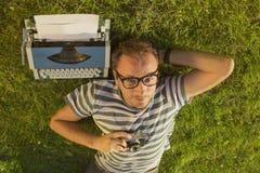 Periodista que miente en la hierba Foto de archivo libre de regalías