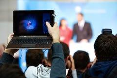 Periodista que toma la foto y el vídeo Imágenes de archivo libres de regalías
