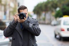 Periodista que toma las fotos Imagen de archivo libre de regalías