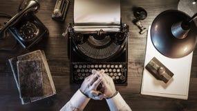 Periodista que trabaja en su oficina del vintage en la noche foto de archivo