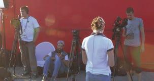 Periodista y operador RT entre fans metrajes