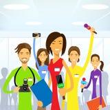 Periodistas equipo, eam Live News del reportero de la mujer stock de ilustración