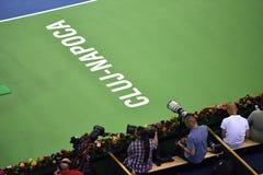 Periodistas fotográficos, reporteros y cameraman en la acción en un tenis fotografía de archivo libre de regalías