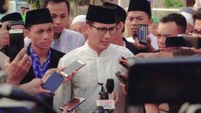 Periodistas que hacen entrevista con el político