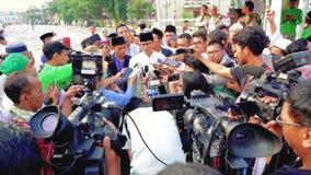 Periodistas que se entrevistan con al político indonesio