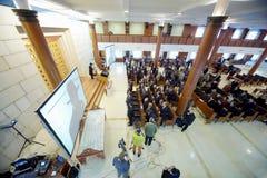 Periodistas y religiosos practicantes en la sinagoga de Moscú Imagen de archivo libre de regalías