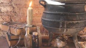 Periodo della notte della strega con le candele ed il vaso con fuoco fra le ragnatele e la terra antica video d archivio