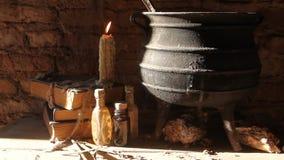 Periodo della notte della strega con le candele ed il vaso con fuoco fra le ragnatele e la terra antica archivi video