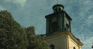 Periodo della torre di una chiesa in Norrköping centrale, Svezia archivi video