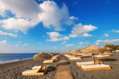 Perissa-Strand (schwarzer Strand) auf Santorini-Insel Stockfotografie