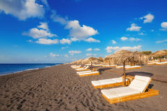 Perissa-Strand (schwarzer Strand) auf Santorini-Insel Lizenzfreies Stockfoto