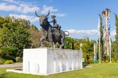 PERISTERI, GRÉCIA - 2 DE MAIO: Estátua da abducção do Europa o 2 de maio de 2019 em Peristeri, Atenas, Grécia imagens de stock royalty free