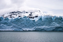 有积雪的峰顶的Perito莫尔诺 免版税库存照片