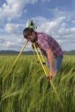 Perito agrario nel campo di agricoltura di grano Fotografia Stock Libera da Diritti