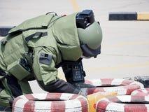 Perito da eliminação de bomba no terno da bomba fotografia de stock