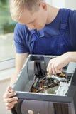 Perito do hardware durante seu trabalho Imagem de Stock