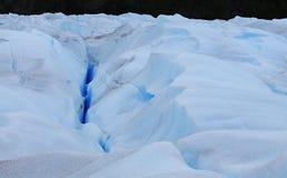 Perito interno Moreno Cracks, drenes, pequeñas lagunas y bloques de hielo hechos fragmentos llamó Seracs, Calafate Santa Cruz imágenes de archivo libres de regalías