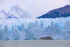 Perito Moreno & barca, Patagonia Immagini Stock