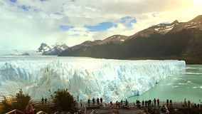 Perito Moreno Glacier och turister stock video