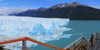 Perito Moreno Glacier Walking Circuit com um turista, Santa Cruz Argentina imagens de stock royalty free