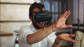 Peritos futuros da tecnologia que testam os profissionais aumentados do colaborador dos auriculares da realidade que desenvolvem  video estoque