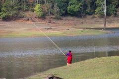 PERIYAR野生生物SANCTUARRY, INDIA-FEBRUARY 20 :Fisheman 20, 201 免版税库存图片