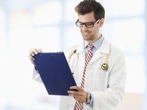 Perizia medica d'esame di medico maschio fotografie stock